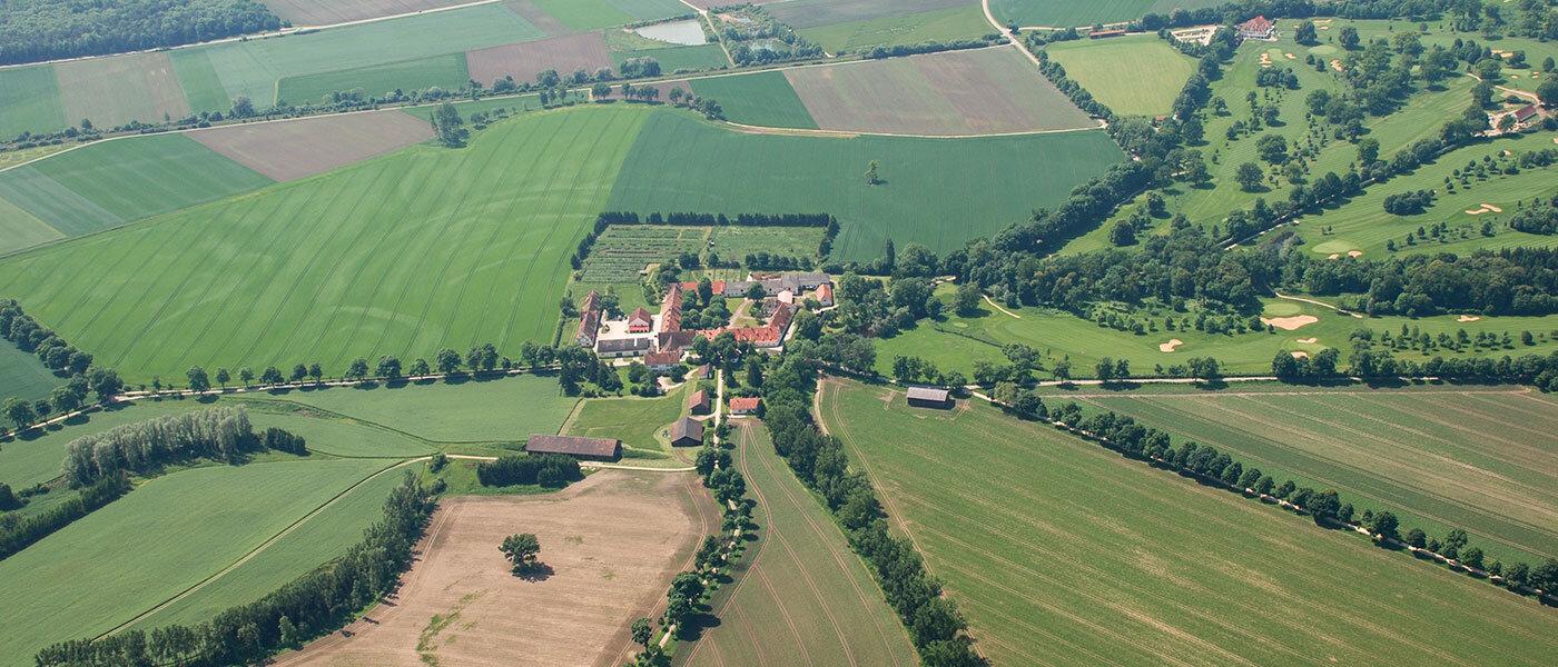 Idyllische Kulturlandschaft bei Schloss Grünau und Gut Rohrenfeld